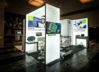 IBA Dosimetry GmbH, DGMP 2018, Standfläche: ca. 4 x 3 m, Höhe: ca. 3 m, modularer LED Messestand mit LED Brücke und Kabine, verwendetes Messesystem: MODULUX