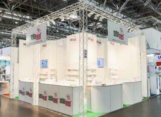 Sebapharma GmbH & Co. KG MEDICA 2016, Eckstand ca. 6 x 5 m, Höhe: ca. 3 m, Kombination Clip Modular, weißes Cube20 für eine optimale Ausleuchtung des Messestandes und der präsentierten Produkte