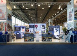 Royal Greenland Vertriebs GmbH, fish international 2018, großer Kopfstand, ergänzt mit mehreren PIXLIP GO Leuchtwänden in verschiedenen Höhen
