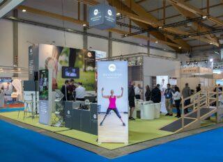 endolite Deutschland GmbH, Expolife 2019, Inselstand ca. 8 x 10 m, Höhe: 4 m, Kombination Clip Modular mit vollflächiger Grafik, PIXLIP GO Leuchtwand, Modulux Leuchtwürfel (Abhängung)