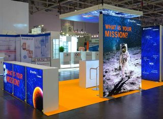 Euroforum Genomics, Labvolution 2019, mobiler Messestand ca. 6 x 3,5 m, Kombination PIXLIP GO und beidseitig hinterleuchteter MODULUX TV-Wand, Pixlip Go Counter L