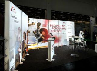 Bildungswerk der Bayerischen Wirtschaft e.V., ConSozial 2018, Eckstand aus mobilen PIXLIP GO Leuchtwänden, PIXLIP GO Counter