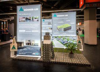 Hübner-Lee GmbH & Co. KG GaLaBau 2016, mobiler Inselstand mit beidseitig hinterleuchteten MODULUX Leuchtwänden und hinterleuchteter Kabine mit Tür, Standfläche: ca. 8 x 4 m, Höhe: ca. 3 m