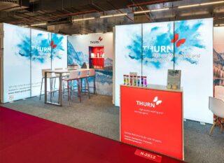 THURN Germany GmbH, PLMA 2019, mobiler Messestand ca. 9 x 3 m, Kombination PIXLIP GO, Clip Modular und MODULUX Leuchtwürfel, PIXLIP GO Counter L